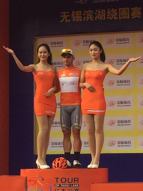 Jakub Marezcko vincitore 1^ tappa sul podio con la maglia di leader della generale