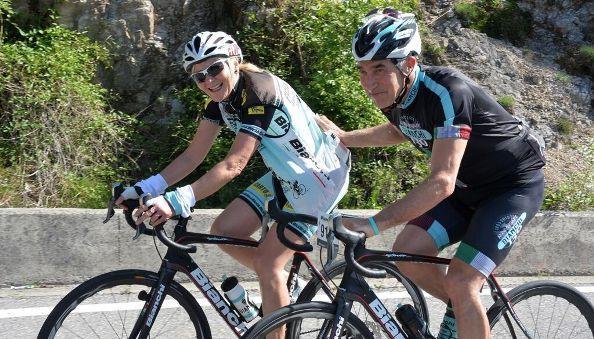 Gimondi aiuta un concorrente (Foto Daniele Mosna)