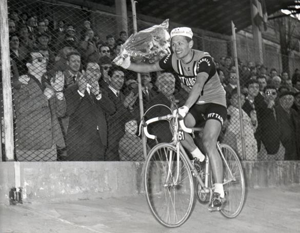 Marino Vigna al Giro d'onore per la vittoria nella Milano-Torino 1966