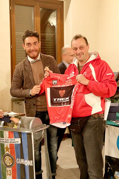 Nizzolo consegna maglia rossa Giro 2015 ad un tifoso fortunato (Foto Kia Castelli)