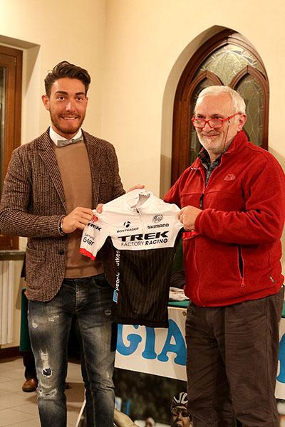 Nizzolo consegna maglia sociale Team Trek ad un tifoso (Foto Kia Castelli)