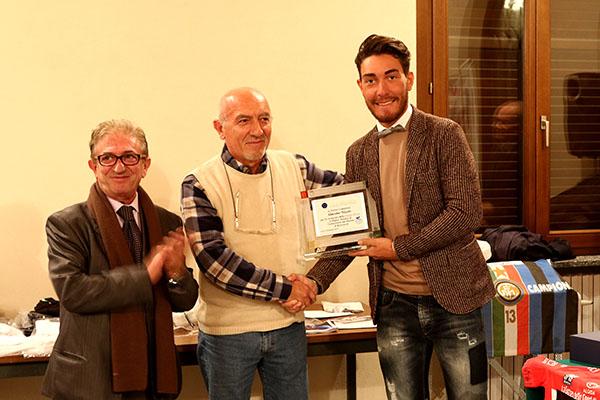 Presidente Inter Club di Calo^ premia Nizzolo con una targa (Foto Kia Castelli)