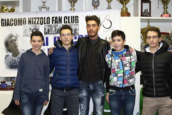 """Giacomo Nizzolo e alcuni """"Giovani Giussanesi"""" (Foto Kia Castelli)"""