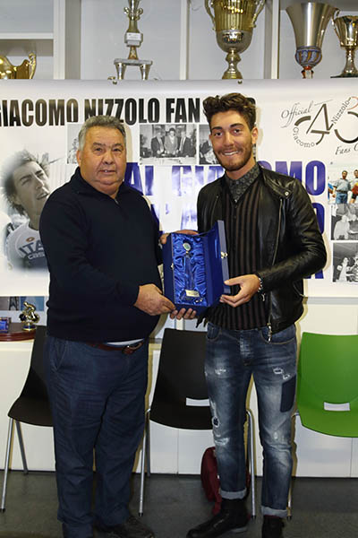 Presidente Giovani Giussanesi, Rocco D'Aprile premia Giacomo Nizzolo (Foto Kia)