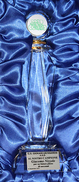 L'artistico premio per Giacomo Nizzolo (Foto Kia Castelli)
