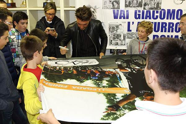 Nizzolo firma tantissimi autografi (Foto Kia Castelli)