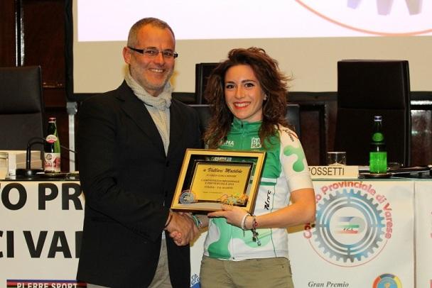Consigliere regionale FCI, Pioselli, premia Matilde Vallari (Foto Ossola)