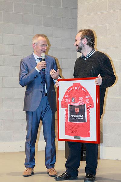 Luca Gialanella e la maglia rossa di Nizzolo (Foto Kia Castelli)