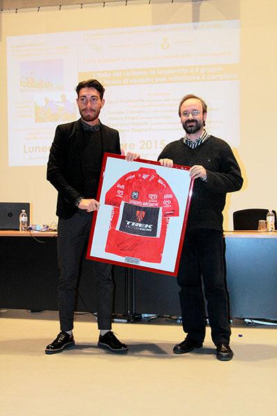 Giacomo Nizzolo consegna la sua maglia rossa al Dirigente scolastico del Liceo Scientifico Galileo Galilei di Erba (Foto Kia Castelli)