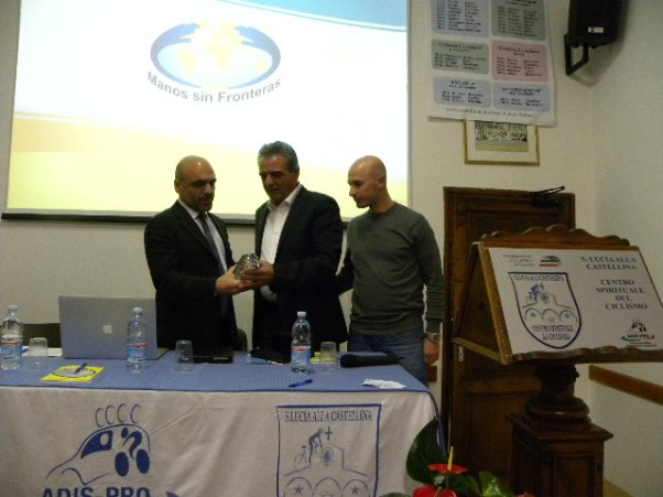 Franco Gini, al centro, riceve il Timone d'Oro dal Presidente Adis-Pro, Davide Goetz e dal neo Consigliere Marco Marzano (Foto Nastasi)