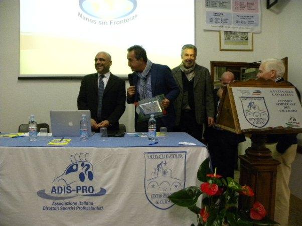 Giacinto Gelli consegna a Davide Goetz una Targa ricordo (Foto Nastasi)