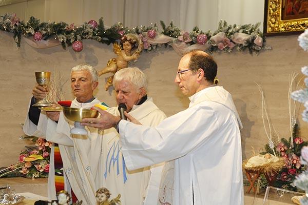 Da sx, Don Felice Riva, Don Antonio Mazzi e Don Gianni Nava concelebrano la S. Messa di Natale (Foto Pisoni)