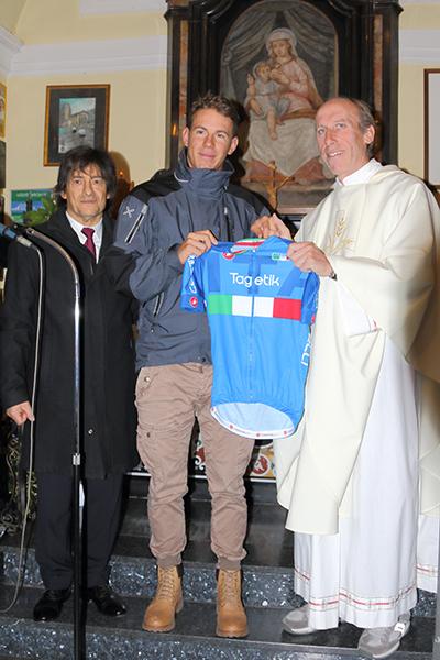 Davide Ballerini offre la sua maglia azzurra al Santuario (Foto Kia Castelli)