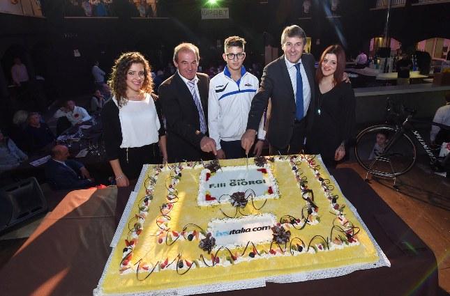 Il taglio della torta col Presidente Carlo Giorgi e il suo vice (Foto Rodella)