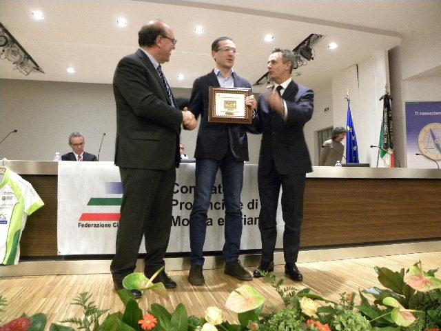 Davide Bardelli riceve la Corona Ferrea da Tagliabue e Perego (Foto Nastasi)