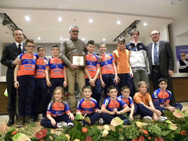 Perego, Sardi e Tagliabue e giovanissimi SC Brugherio Sportiva con la Chioccia D'Oro 2015 (Foto Nastasi)