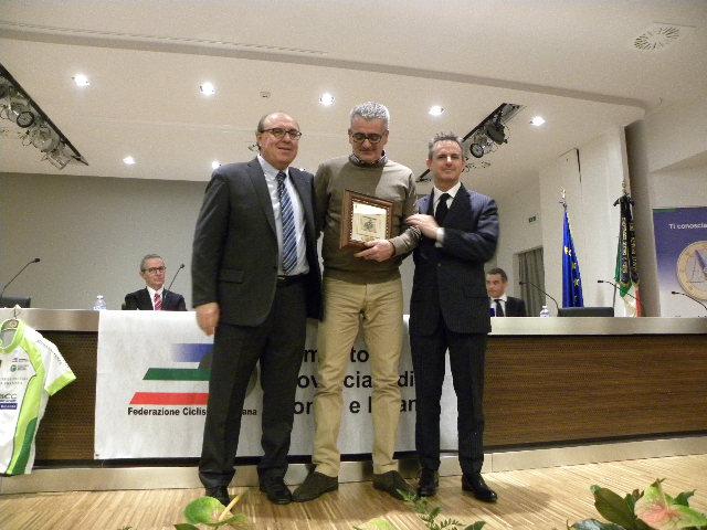 Sapi riceve il Premio Chioccia D'Oro assegnato alla Brugherio Sportiva qui con Tagliabue e Perego (Foto Nastasi)