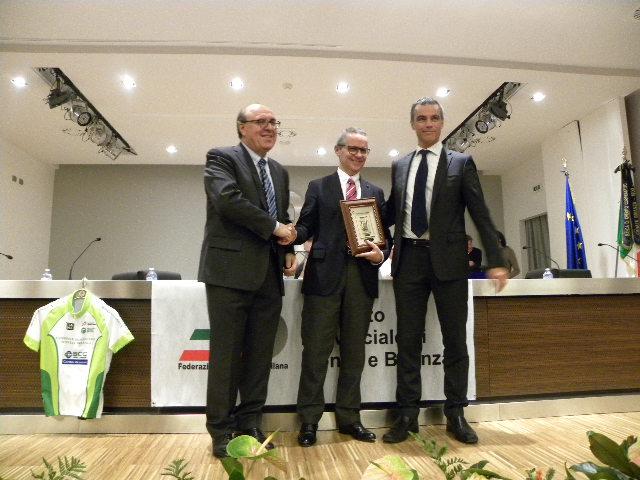 Piergiorgio Severini riceve il Premio Penna D'Oro da Tagliabue e Dr. Valsecchi (Foto Nastasi)
