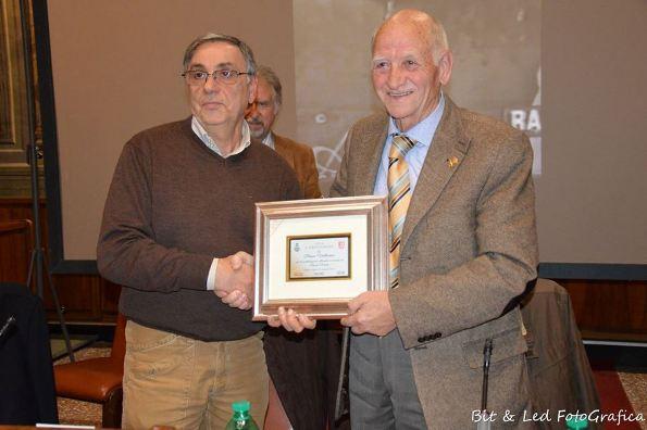 Il Sindaco premia il presidente onorario della FCI