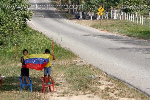 Bimbi Venezuelani orgogliosi della loro Bandiera