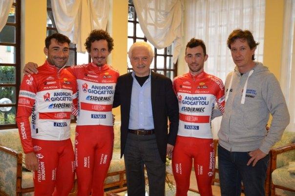 Gianni Savio con alcuni suoi corridori