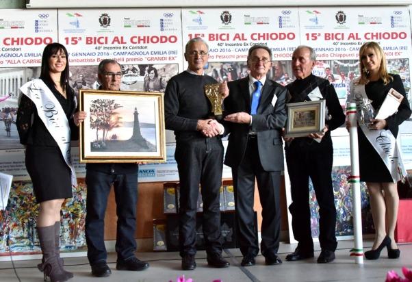 Mauro Pirondi consegna a Baronchelli la copia originale della Bici al Chiodo quale Grande Ex (Foto di Armanden)