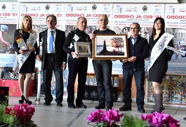 Giambattista Baronchelli, fece tremare Eddy Merckx, a Campagnola Emilia ha fatto fremere i nostri cuori, qui mentre riceve il premio Grande Ex da Mauro Pirondi e Mealli (Foto Armanden)