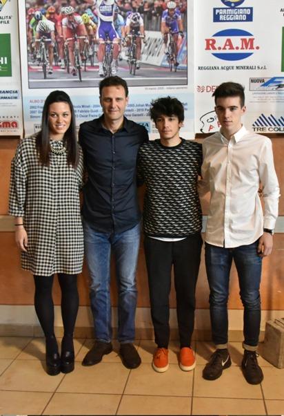 da sx Rachele Barbieri, Jacopo Cavicchioli e Giovanni Aleotti, speranze del ciclismo italiano col Campione Alessandro Petacchi (Foto Armanden)