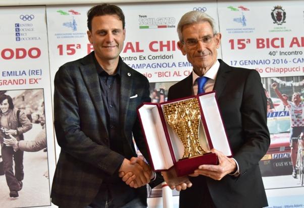 Il Presidente Gianpaolo Tedeschi consegna la Bici al Chiodo 2016 ad Alessandro Petacchi