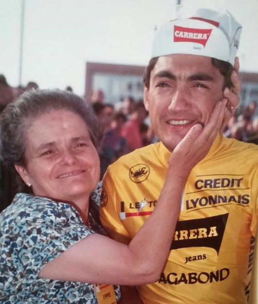 Mamma Renata col figlio Claudio in maglia gialla