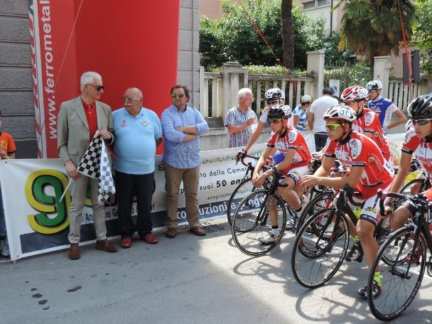 Peppino Scurti, (Presidente Associazione Ex Corridori d'Abruzzo), al centro, alla partenza della GF Confetti 2015