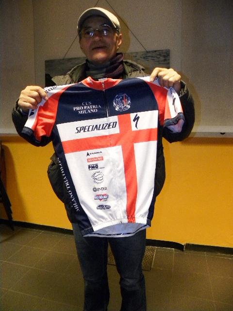 Presidente Valter Cozzaglio con maglia della Pro Patria Triathlon e Ciclismo (Foto Nastasi)