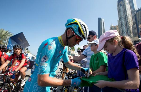Dubai Tour 2015-Una firma al raduno di partenza