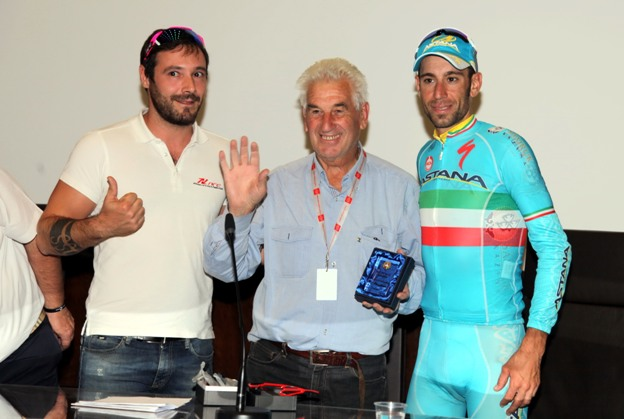 """Remo Mosna premiato alla """"Tre Valli Varesine"""" quale vincitore del Pronostico della Stampa riceve il premio da Vincenzo Nibali (Foto Cailotto)"""