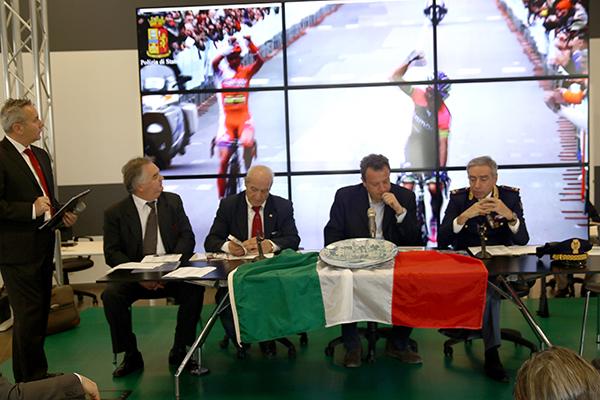 Franco Maglione, al centro, Sindaco di Laigueglia (Foto Kia Castelli)