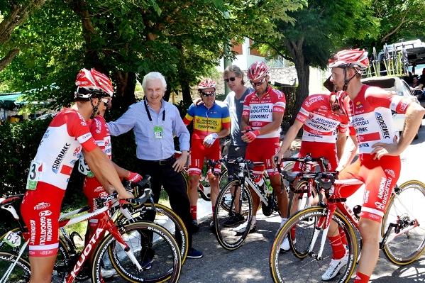 Savio e i corridori ultimi consigli prima della partenza in una tappa del Tour de San Luis in Argentina