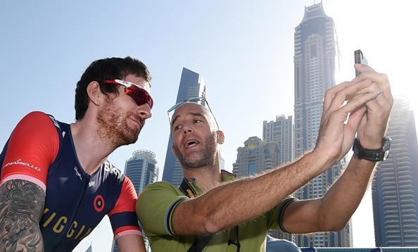 Wiggins fa un selfie con un tifoso (Foto Ansa)