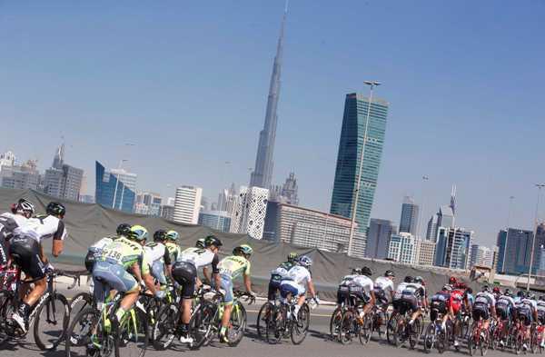 Cycling: Dubai Tour 2016 - Gruppo tra i grattacieli (Foto Ansa)