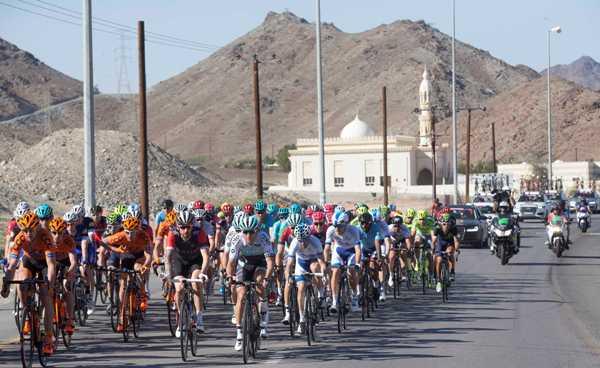 Cycling: Dubai Tour 2016 - Corsa con lo sfondo della Mosche e montagne (Foto Ansa)