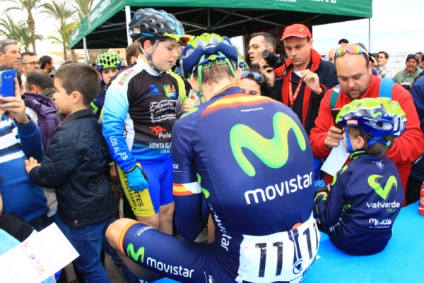 Movistar e alcuni piccoli tifosi (Foto JC Faucher)