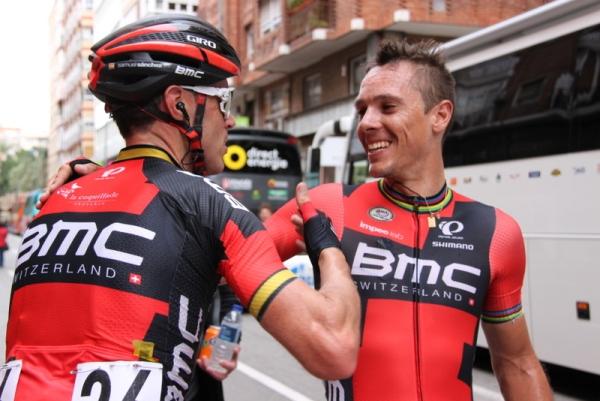 Complimenti tra compagni di squadra Bmc (Foto J.C. Faucher)