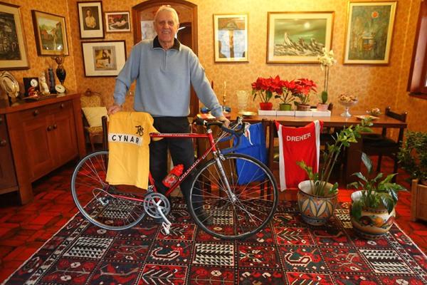 Fezzardi con la sua Colnago e la maglia Oro del Giro della Svizzera 1963 (Foto Pisoni)