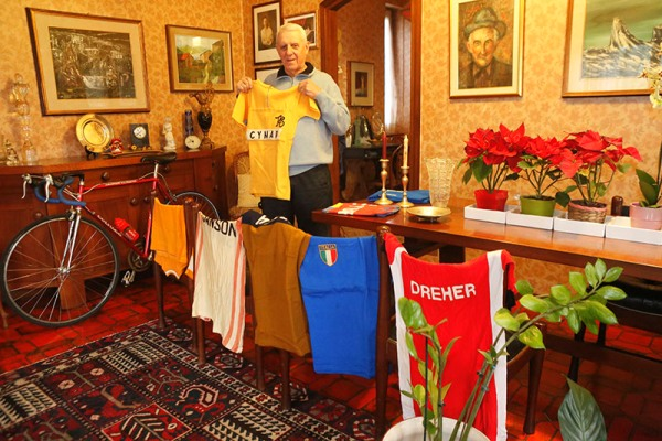 Fezzardi mostra orgoglioso le sue maglia (Foto Pisoni)