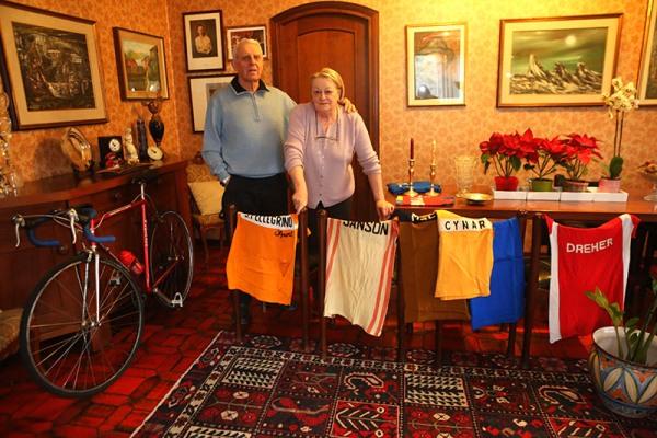 Giuseppe Fezzardi con sua moglie Ornella e le sue maglie (Foto Pisoni)