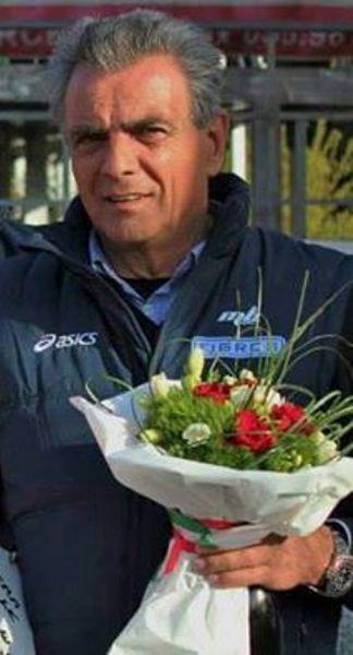 Franco Gini con un mazzo di fiori