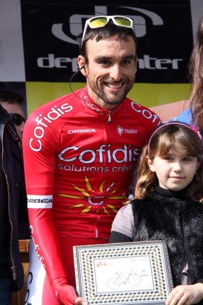 Corridore Cofidis con bambina (Foto Jean Claude Faucher)