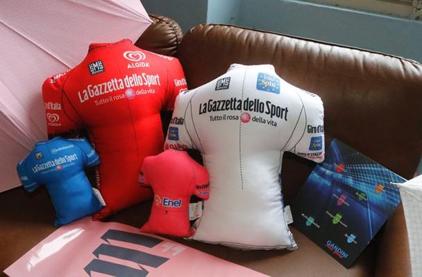 I cuscini, grandi e piccoli con i loghi dei nuovi sponsor  (Foto Pisoni)
