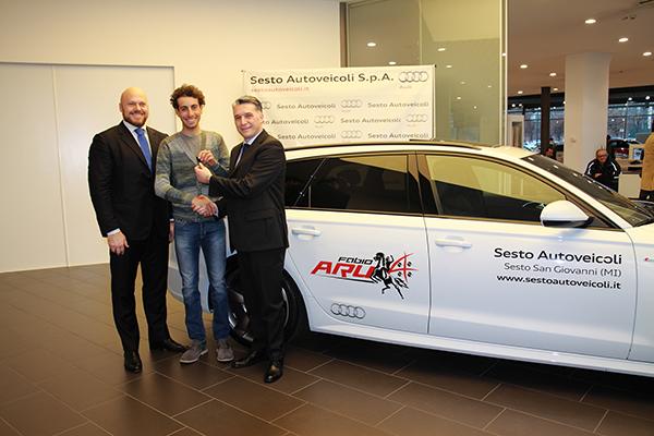 da sx, Fabio Toffoli (Audi Manager), Fabio Aru e Damiano Dordi (A.D. Sesto Autoveicoli) alla consegna dell'Audi A6 personalizzata (Foto Kia)