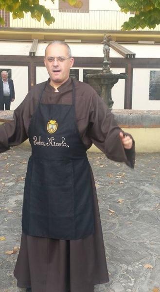 Padre Nicola in divisa da Volontario Cuciniere