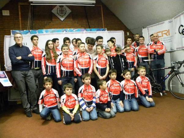 Carlo Barlassina con i corridori delle categorie Giovanissimi, Esordienti, Allievi, Juniores e Under 23 (Foto Nastasi)
